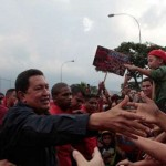 Presidente Chávez da la mano a su pueblo