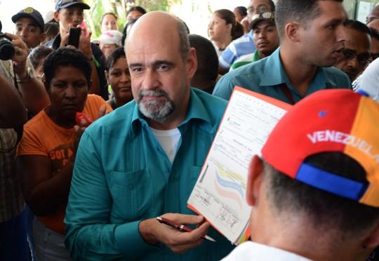 El gobernador Francisco Ameliach recibió el cheque de manos del Ministro para el Transporte Acuático y Aéreo, Hebert García Plaza