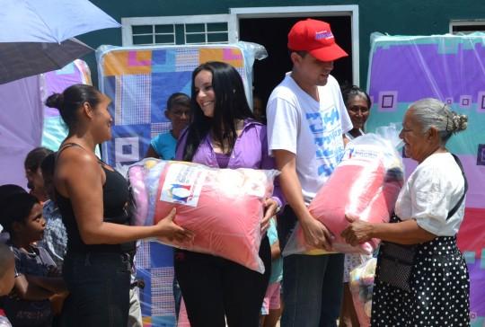 Entrega de Ayudas en Los Samanes