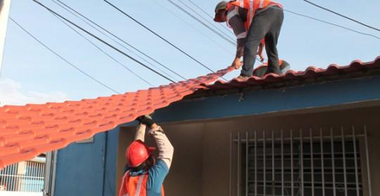 Gobernación benefició a 50 familias de Los Guayos con Petrotechos