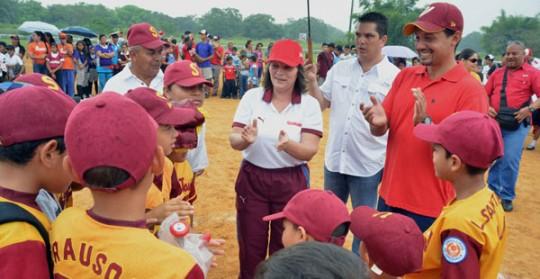 Gobierno regional entregó kits deportivos a 40 clubes del municipio Libertador