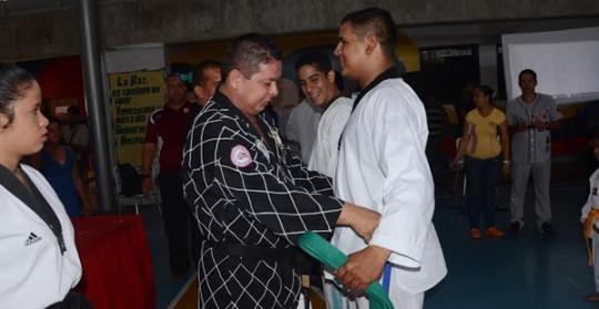 Taekwondistas del Centro por la Paz y la Vida recibieron sus ascensos