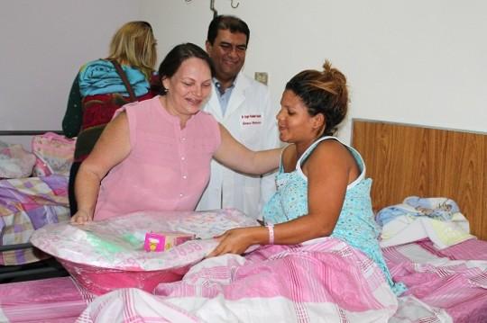 Elizabeth de Ameliach visitó a primeros carabobeños nacidos en 2014