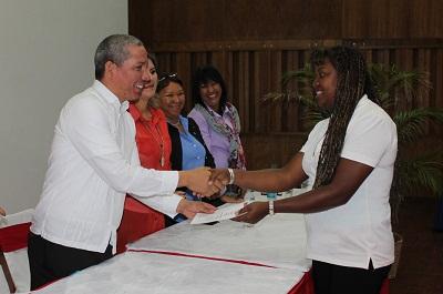Entregó certificados a más de mil estudiantes