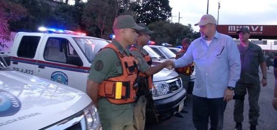 Gobernador entrega patrullas en peaje la entrada