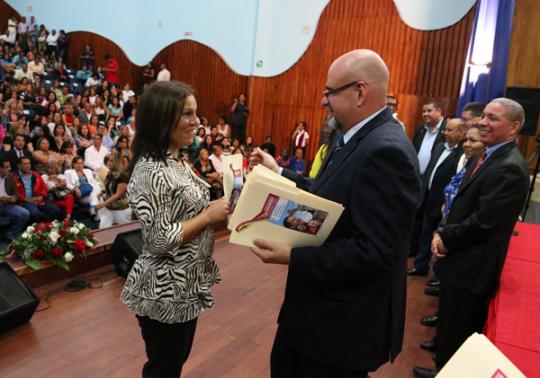 Hemos entregado titularidad a mil 721 docentes interinos