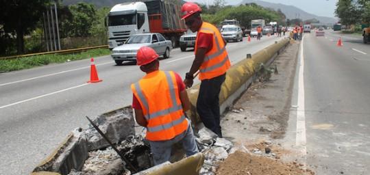 Gobernación inició excavación de bases para postes de alumbrado en la Valencia-Puerto Cabello