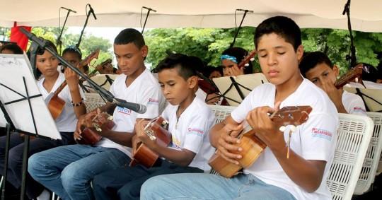 Niños de Bases de Misiones de Carabobo ofrendaron concierto a Bolívar y Chávez