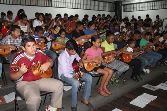 Gobierno de Carabobo entregó kits escolares a 100 niños de Bases de Misiones