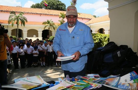 Bs mil 700 millones ahorran 100 mil familias con programa de útiles escolares