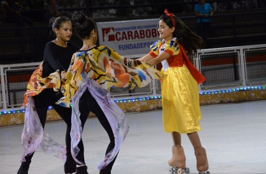 Más de 50 patinadoras carabobeñas protagonizaron Show de Navidad