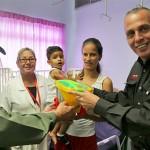 Efectivos de seguridad entregaron  juguetes a niños recluidos en pediatría de la Chet