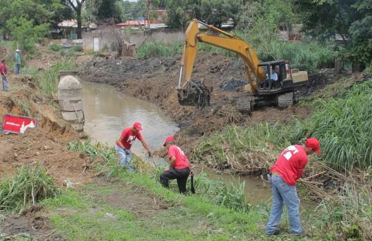 limpieza  en canal Bicentenario de Trapichito