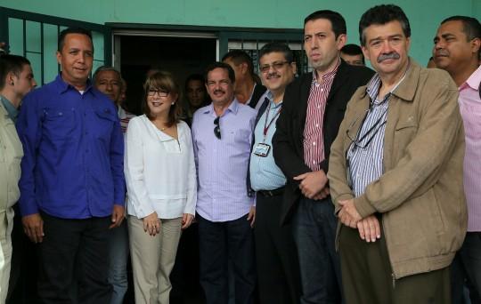Ameliach mantiene compromiso con UC  El gobernador bolivariano de Carabobo, Francisco Ameliach, como una muestra del compromiso que mantiene con la Universidad de Carabobo (UC), gestionó la compra directa, a precios regulados, de 92 cauchos y 40 baterías para la reactivación de casi 30 unidades de transporte de esa casa de estudios.