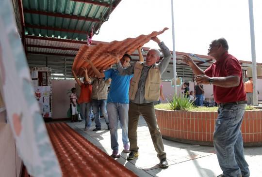 Dotamos de techos  y mobiliario a escuela Bicentenario III